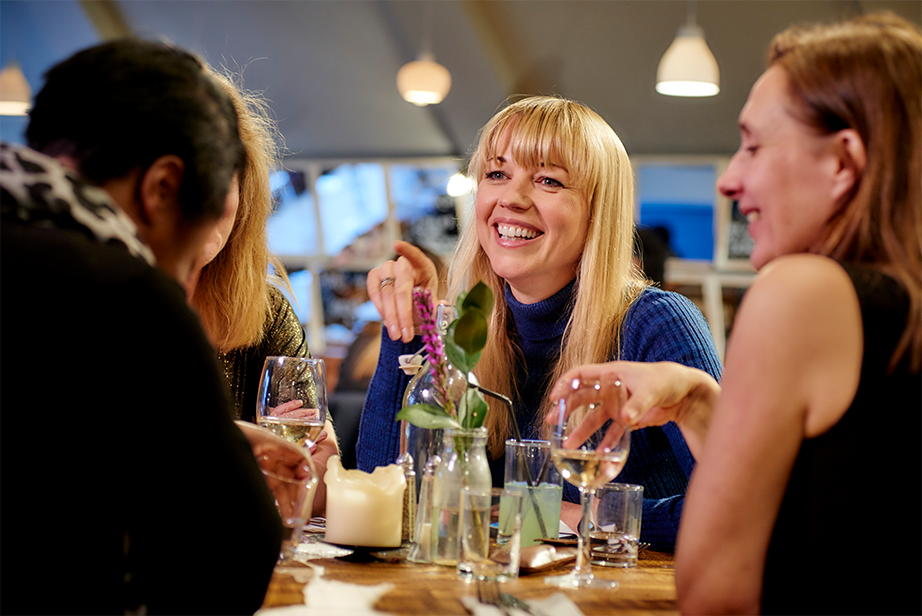ACUVUE® Brand Ambassador Sara Cox enjoys an evening with friends